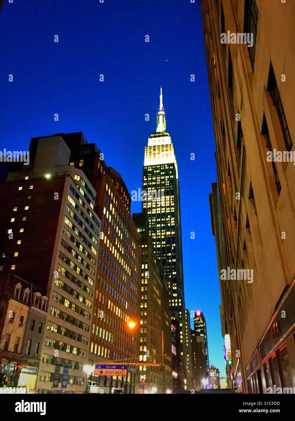 El edificio Empire State iluminado en luces blancas en la penumbra, en la ciudad de Nueva York, EE.UU. Imagen De Stock