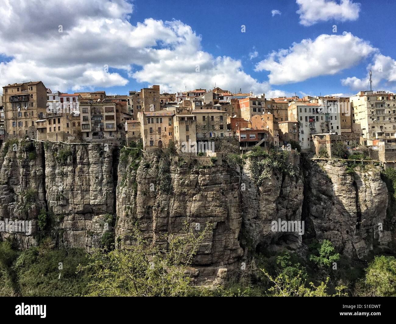 Casas sobre el acantilado en la ciudad de Constantina, Argelia, África Imagen De Stock