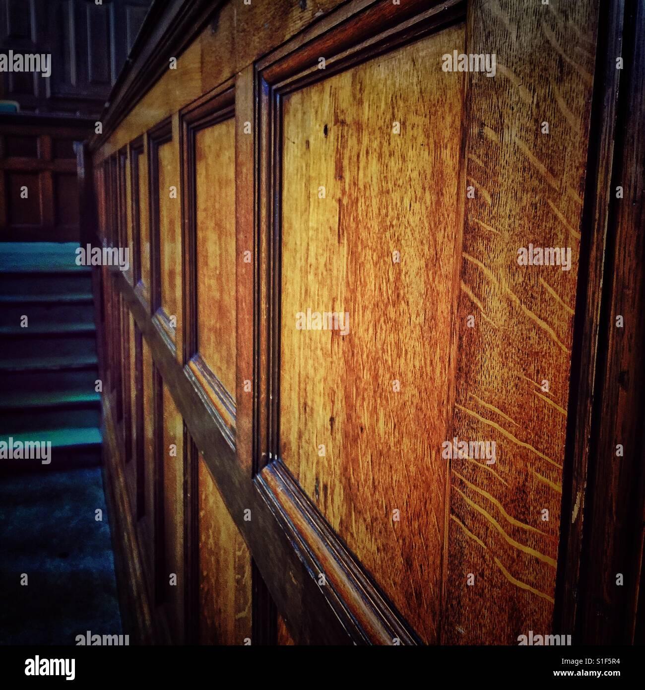Arañazos en los tradicionales paneles de madera en un tribunal de derecho Imagen De Stock