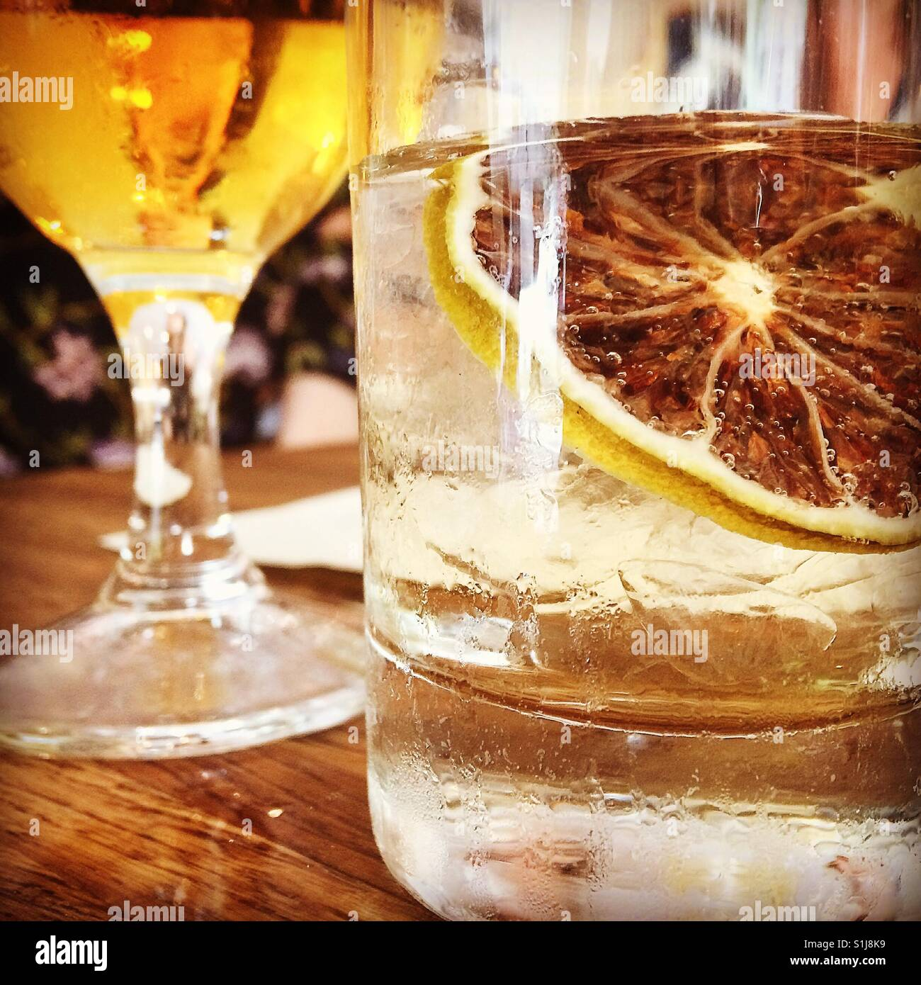 Happy hour con bebidas rodaja de limón. Imagen De Stock