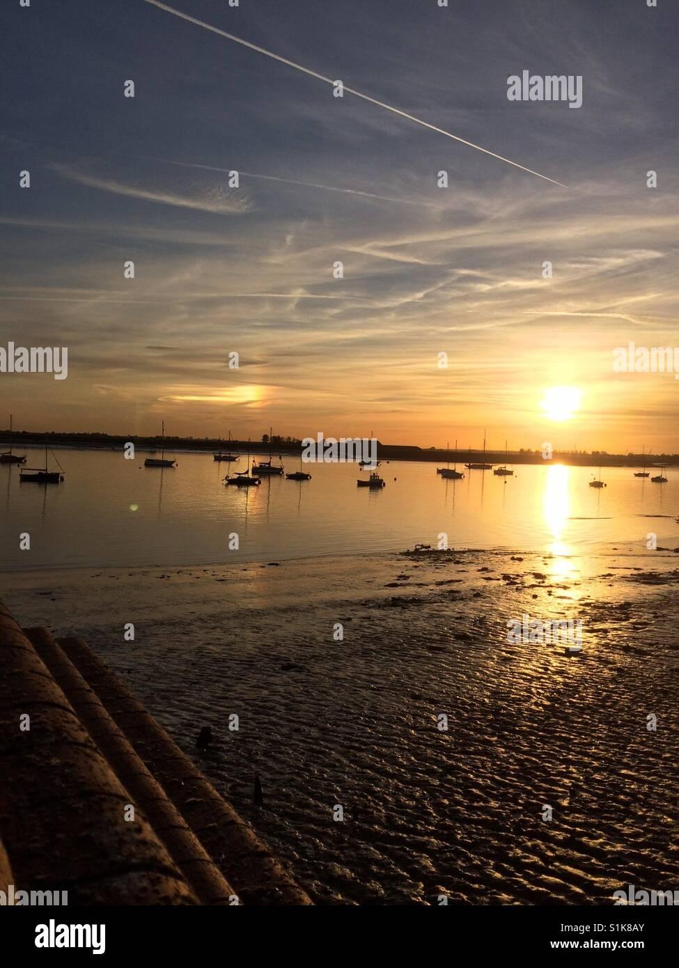 Marea baja en Burnham-on-Crouch, Essex, al atardecer Imagen De Stock