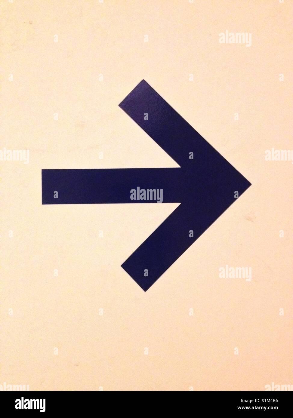 Azul marino con la flecha apuntando hacia la derecha, crema de fondo (orientación vertical). Tomadas por Matthew Imagen De Stock