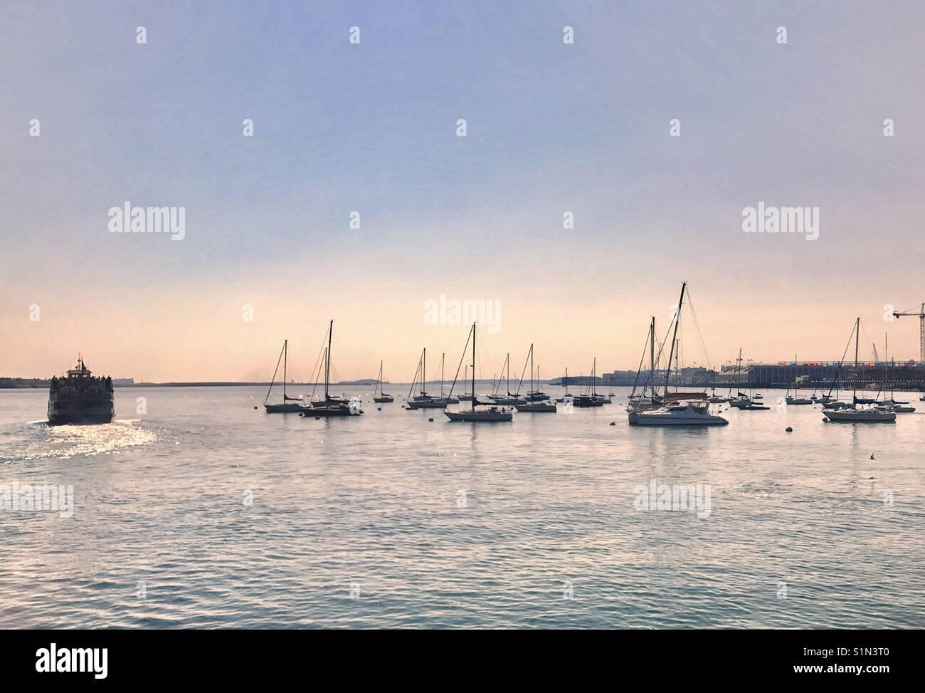 Los barcos en el puerto Foto de stock