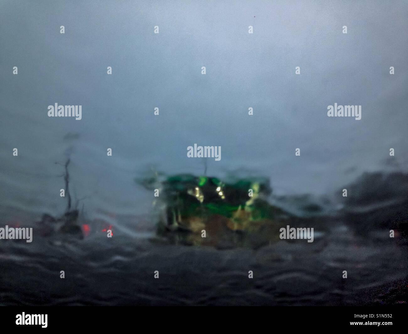 A través del parabrisas- las lluvias torrenciales del huracán Harvey's restos volaron a través Imagen De Stock