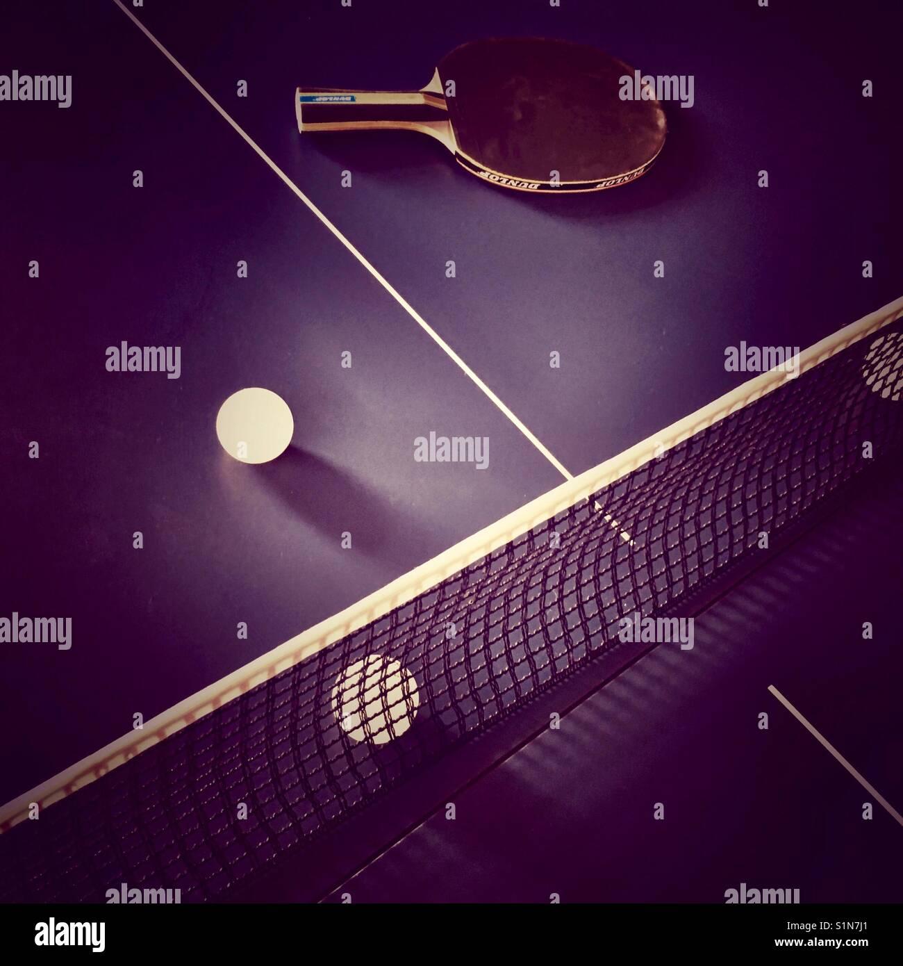 6deb0a6c19 Un alto ángulo de visualización de una mesa de tenis de mesa con una ...