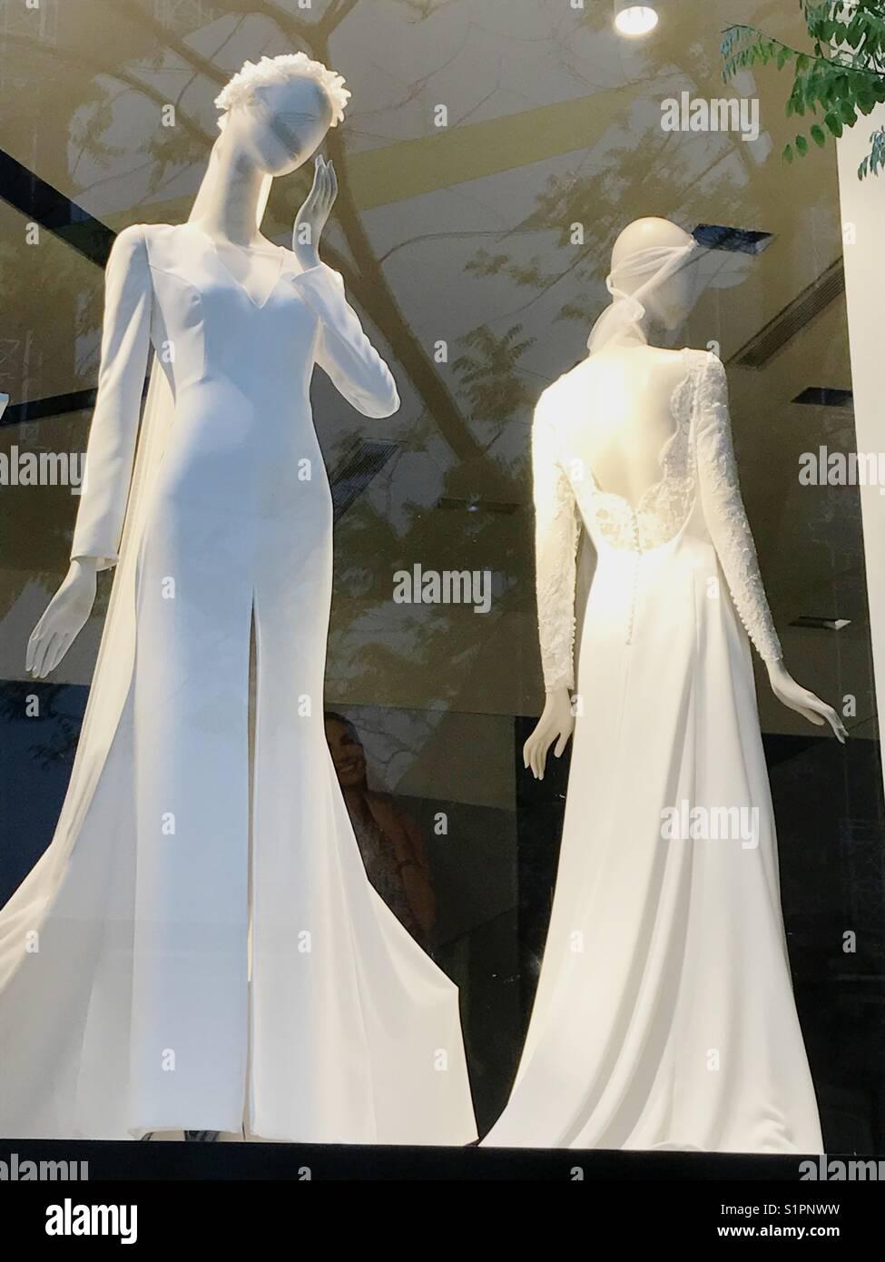 e46430f004b Dos maniquíes vestidos de vestidos de novia en un escaparate. Madrid.  España. Imagen