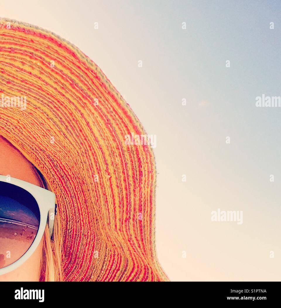 Playa reflejo en gafas de sol. Stripey sombrero Imagen De Stock