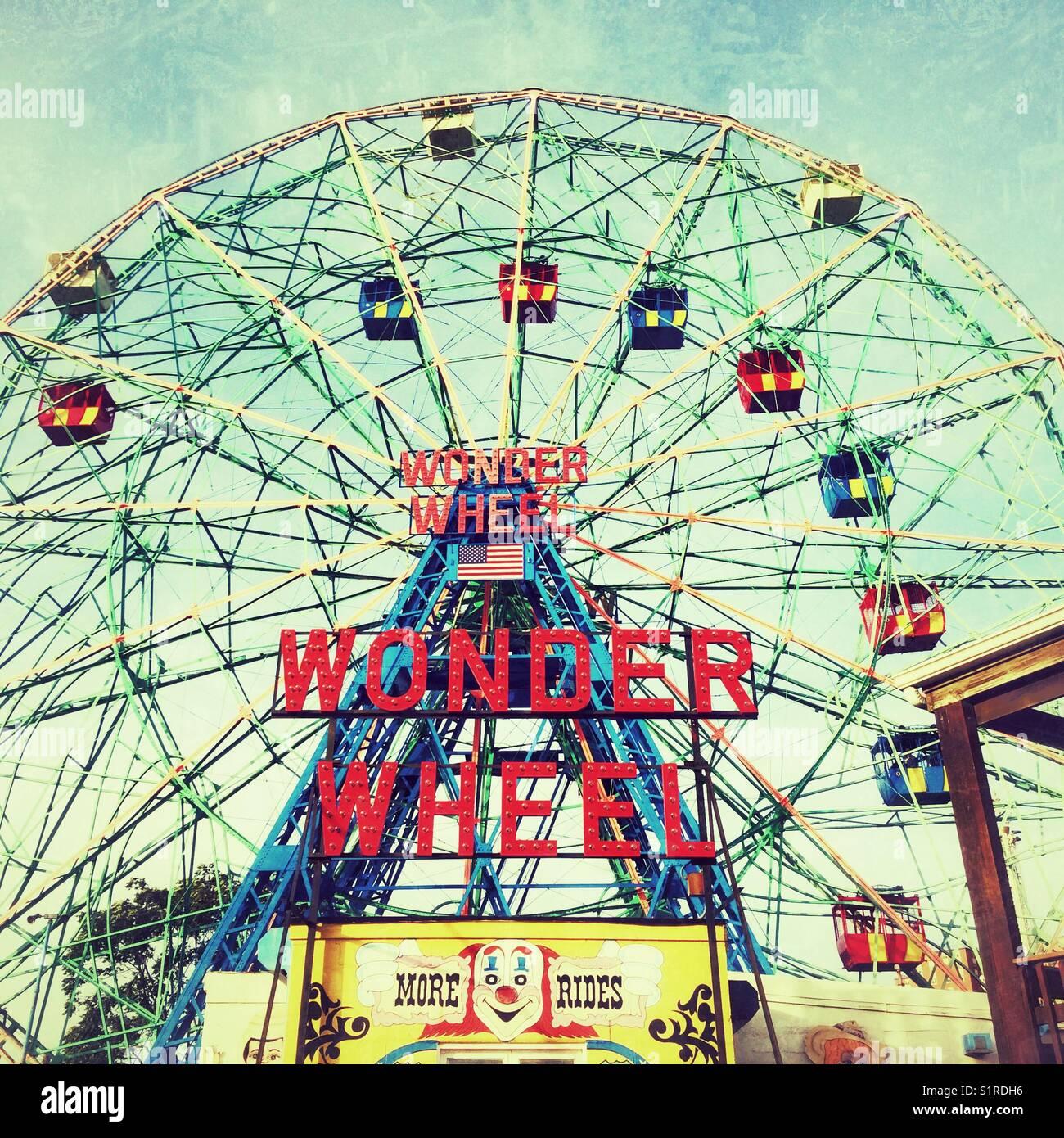 Deno's Wonder Wheel, Coney Island, Brooklyn, Nueva York, Estados Unidos de América. Imagen De Stock