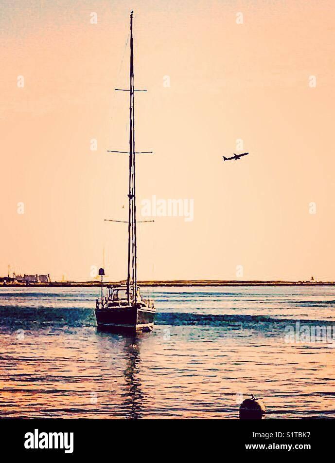 Barco en el puerto de Boston Foto de stock