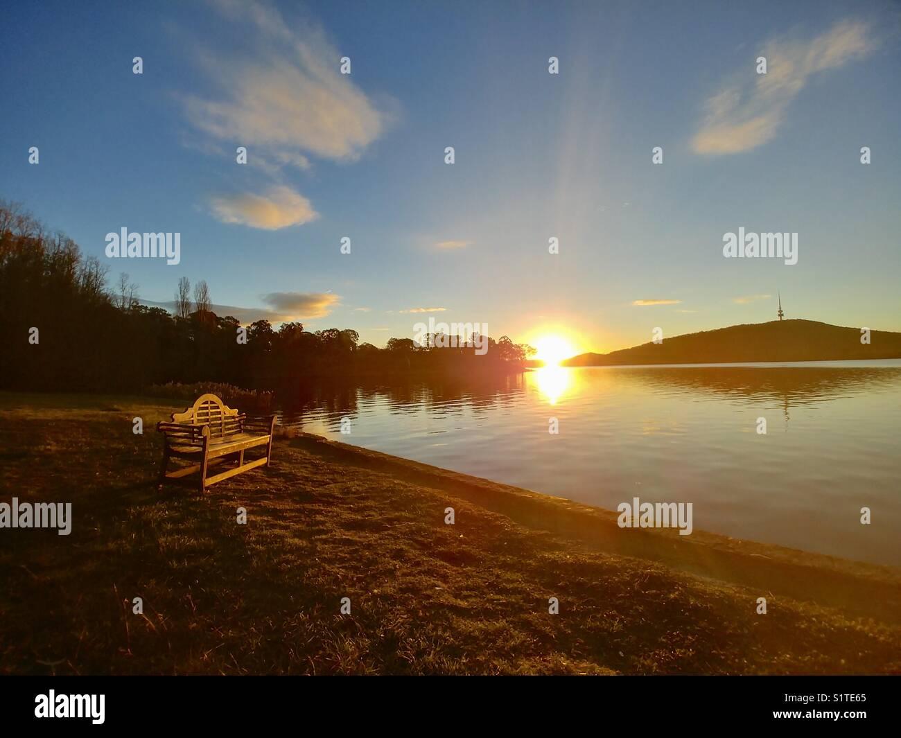 Atardecer en el Lago Burley Griffin. Foto de stock