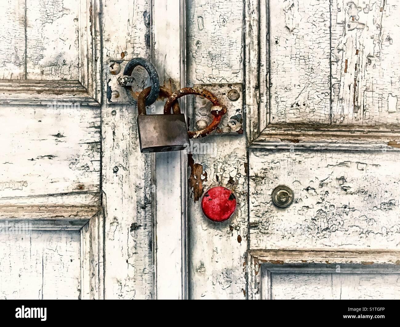 Madera antigua puerta bloqueada con candado oxidado Foto de stock