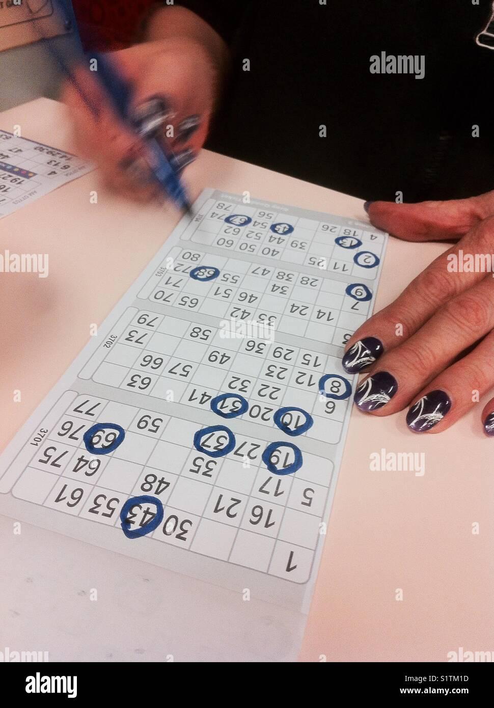 Señora Con Uñas Pintadas Jugando Al Bingo Foto Imagen De