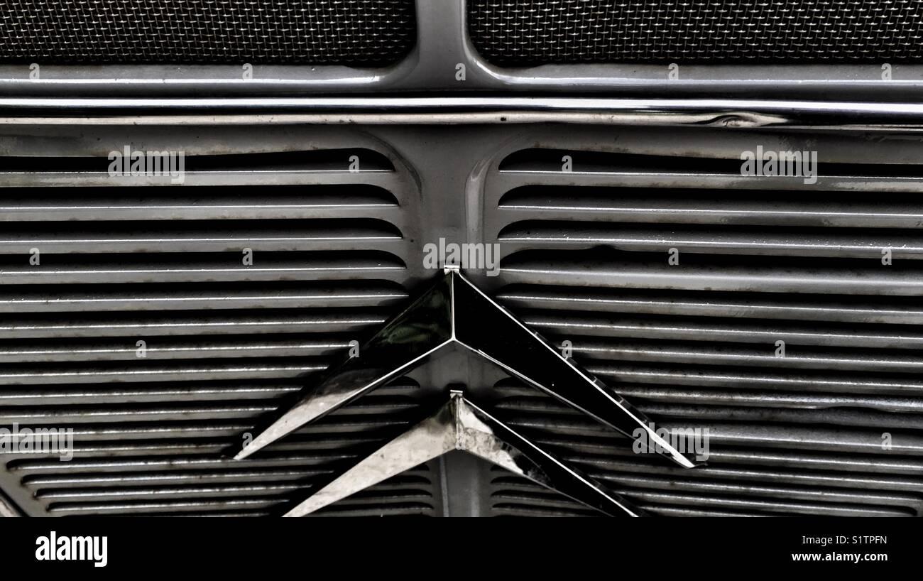 Rejilla metálica lineal en el Citroën H van Foto de stock