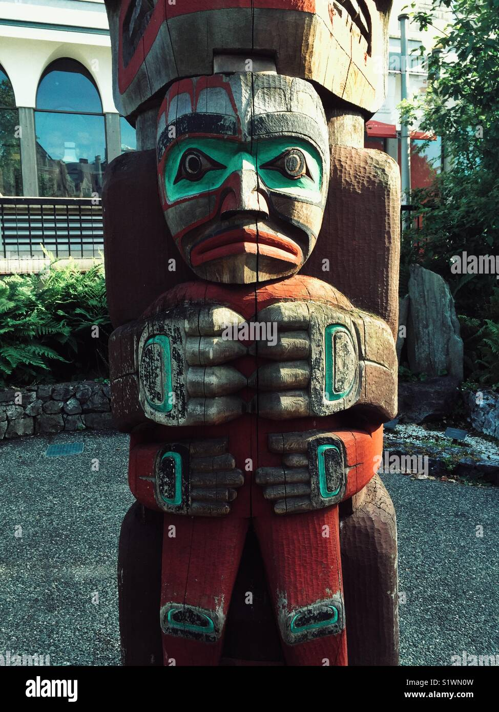 Fragmento de tótem en el patio del museo Royal BC en Victoria, Canadá Imagen De Stock