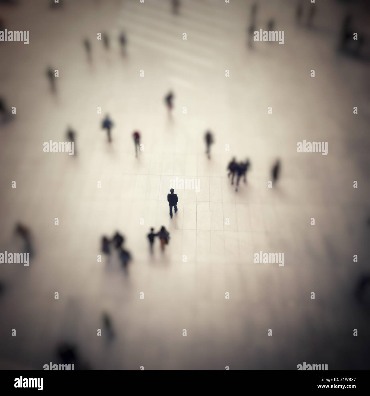 Un hombre solitario en centrarse en el World Trade Center de la estación de la ruta. Imagen De Stock