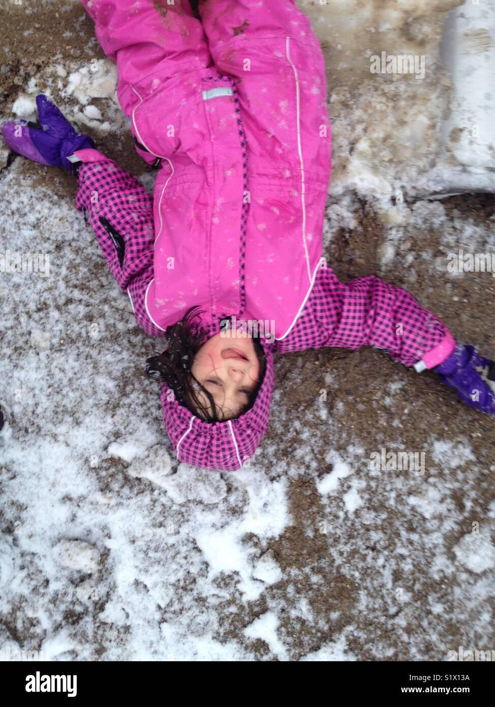 Chica disfrutando de las primeras nevadas. Imagen De Stock