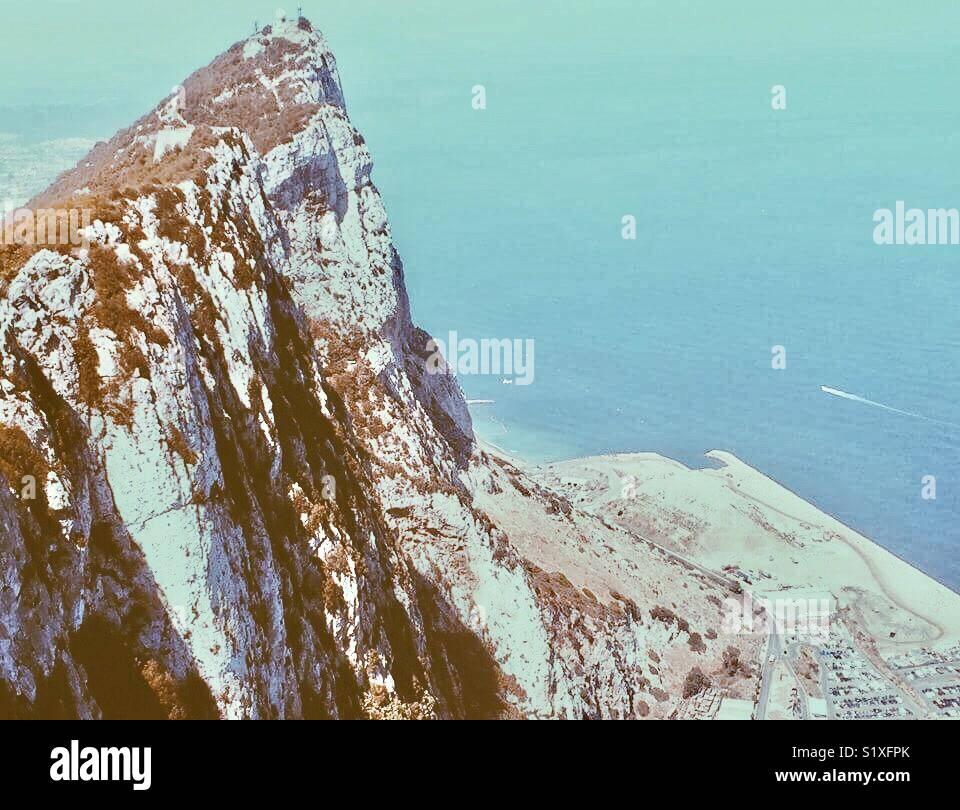 En la parte superior de la roca de Gibraltar. ¡Qué vistas! Hermoso azul del agua. Imagen De Stock
