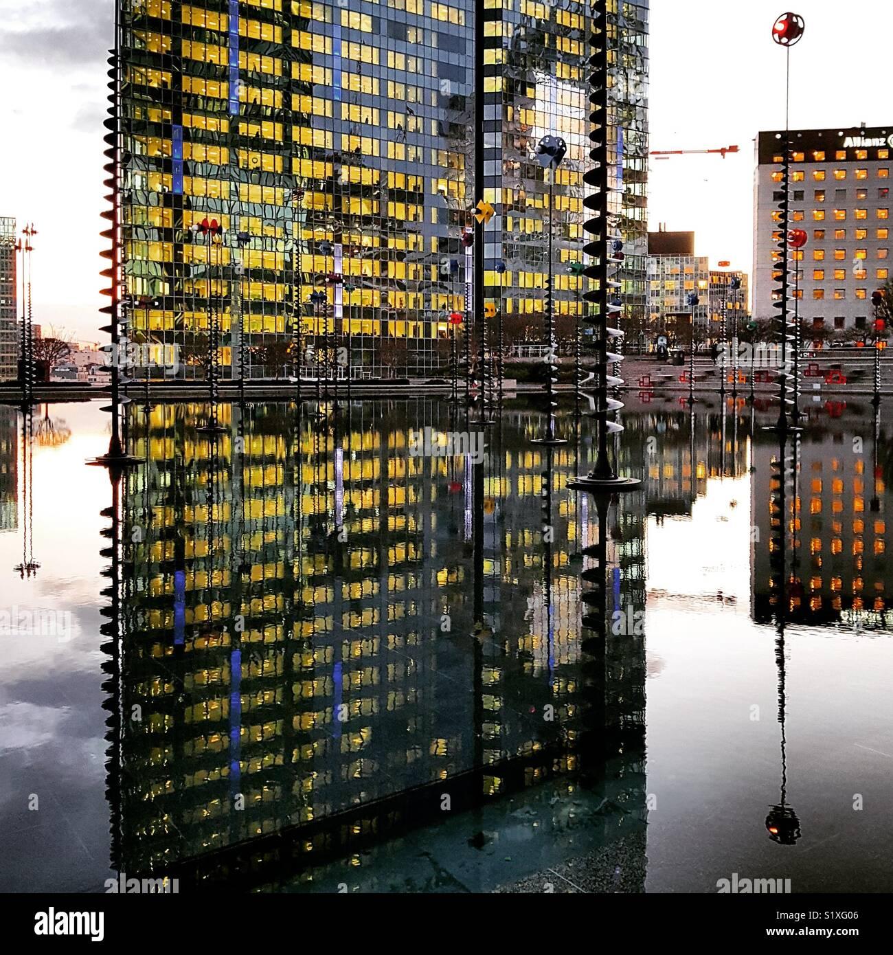 Edificio y fuente en Paris La Défense, distrito Imagen De Stock