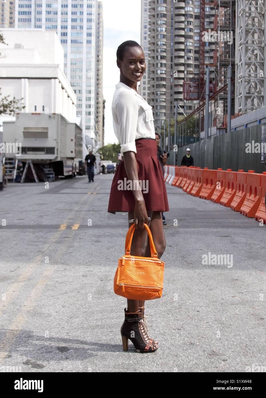 Hermosa negro modelo moda street style durante la semana de la moda de Nueva York Imagen De Stock