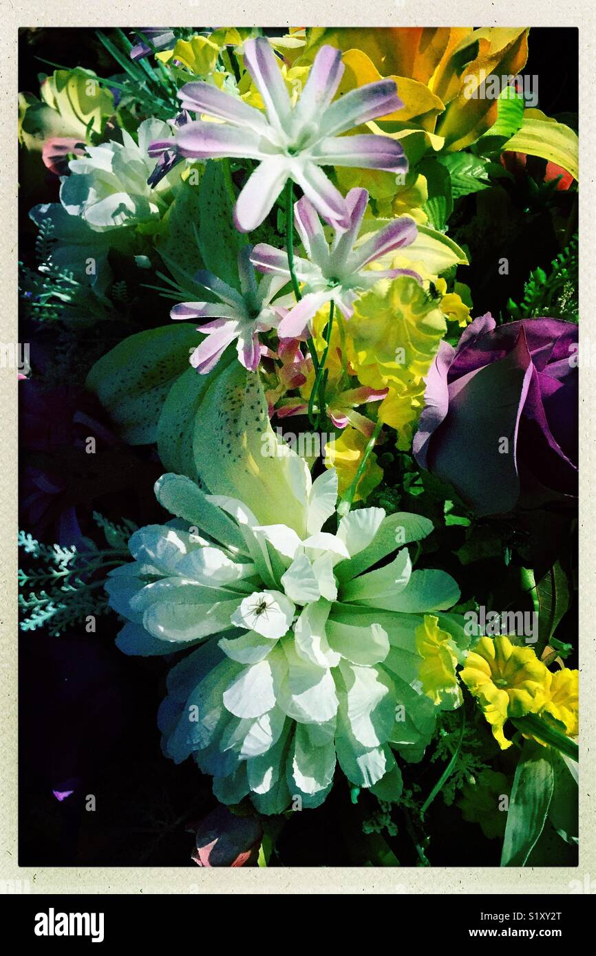 Colorido arreglo floral en un cementerio. Imagen De Stock