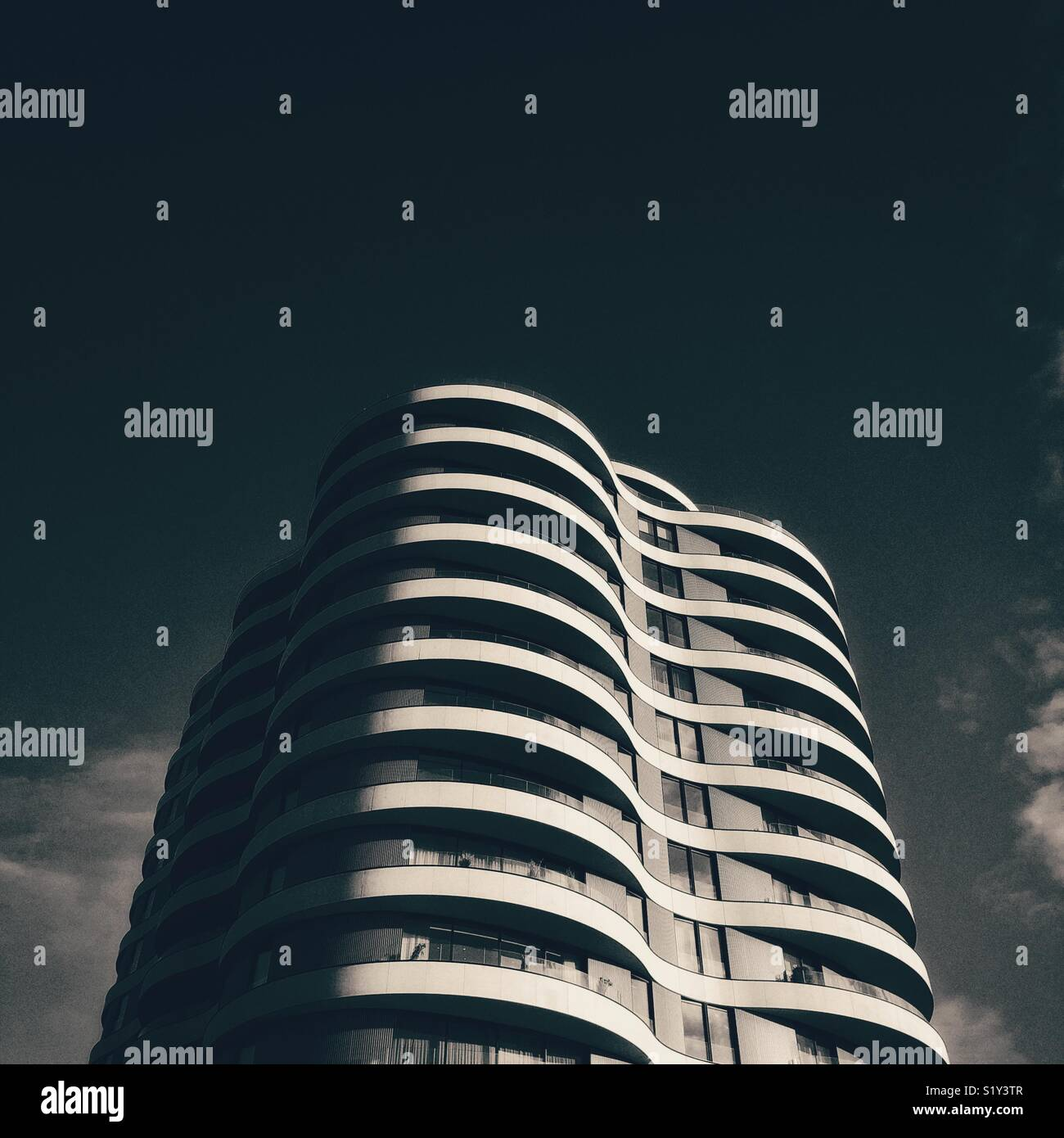 Ondulado torre urbana contemporánea Imagen De Stock