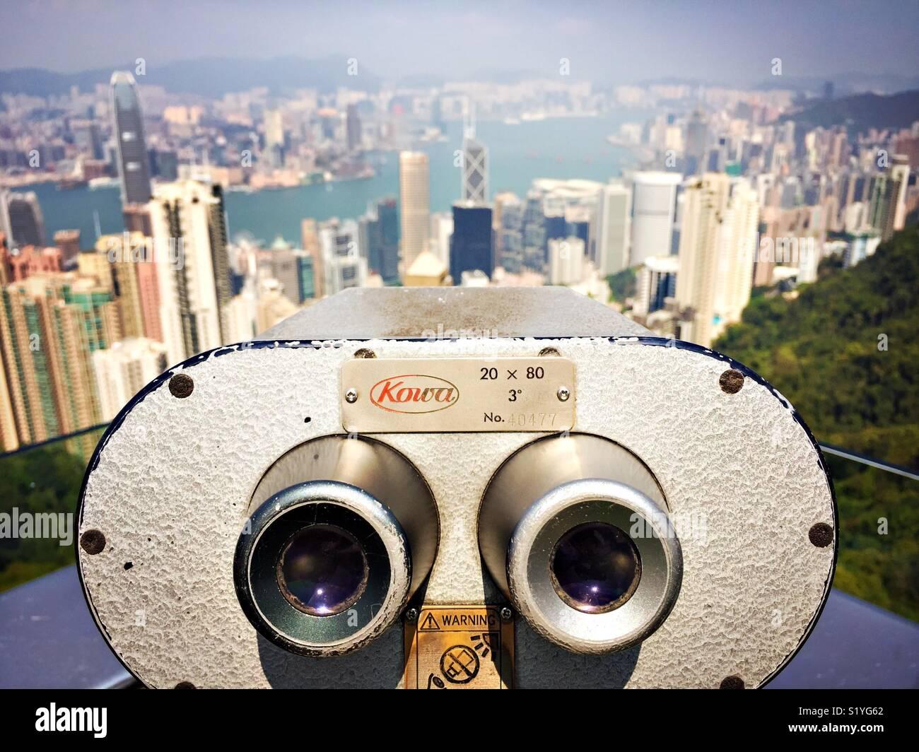 Los prismáticos apuntan hacia la ciudad de Hong Kong desde el cielo la plataforma a Victoria Peak. Imagen De Stock