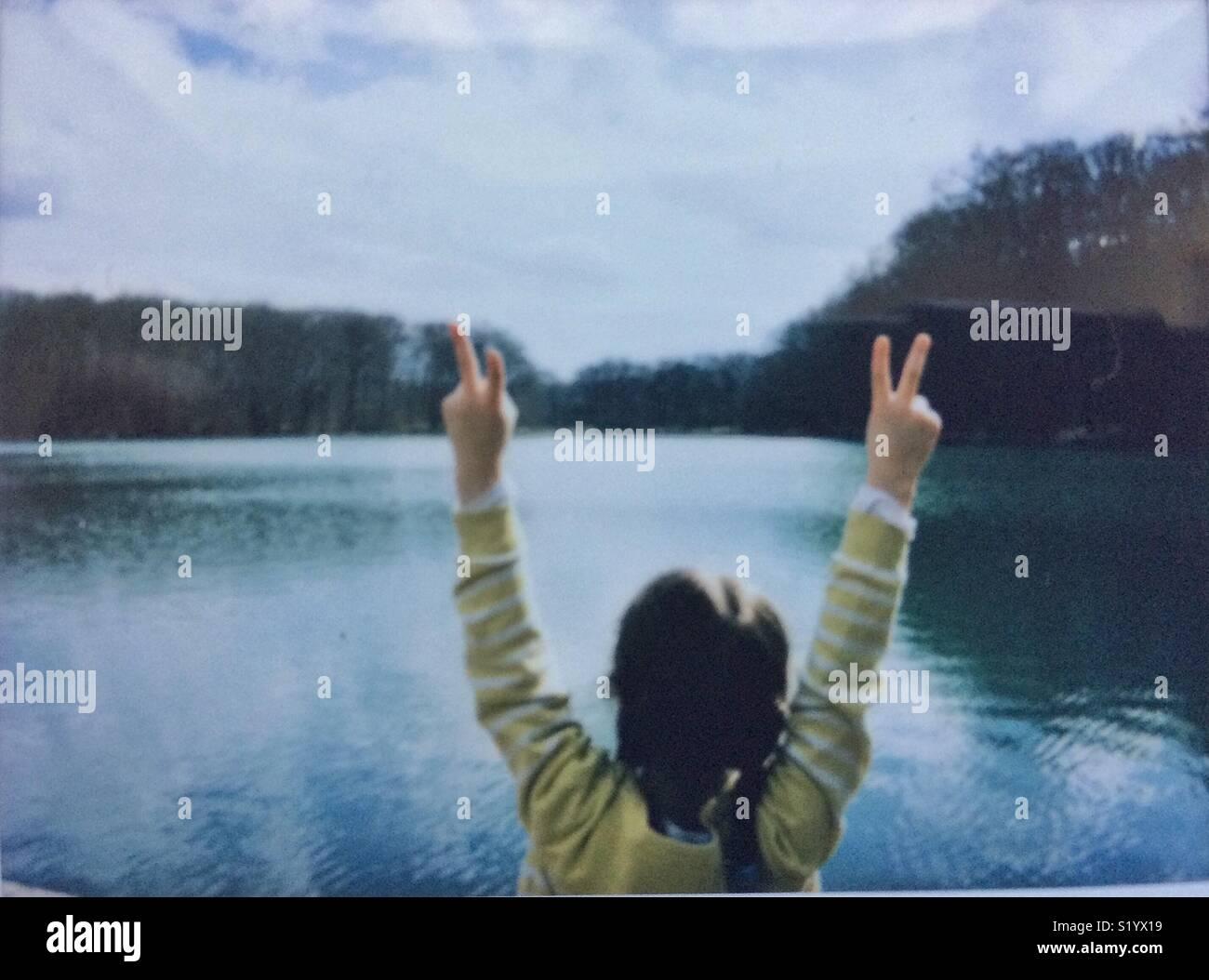 La libertad, la niña de 5-6 años de edad por el lago Imagen De Stock