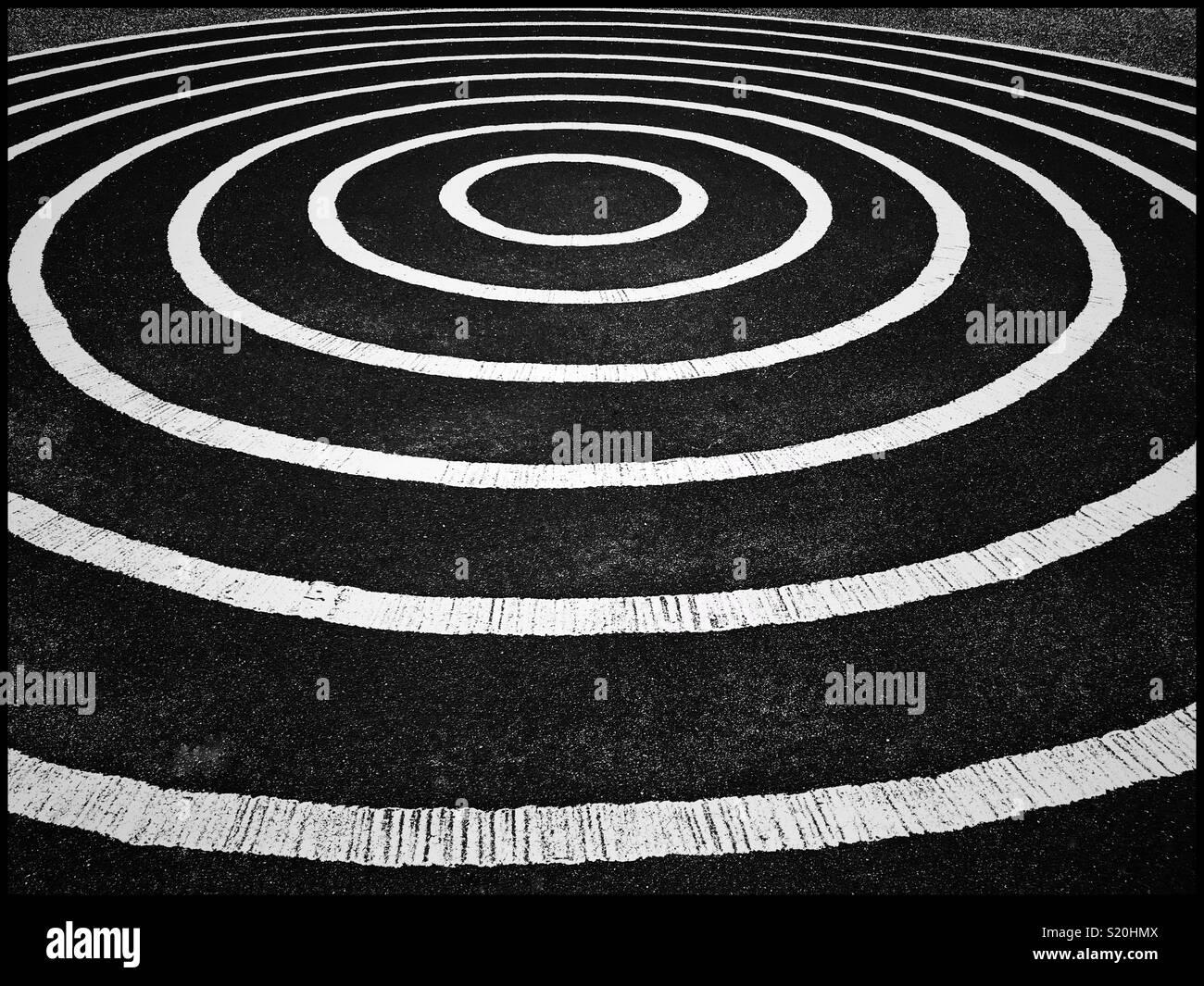 Círculos concéntricos blancas forman un patrón interesante. Ir mirando esta imagen y estarás dando vueltas en círculos. Crédito de la Foto: © COLIN HOSKINS. Imagen De Stock
