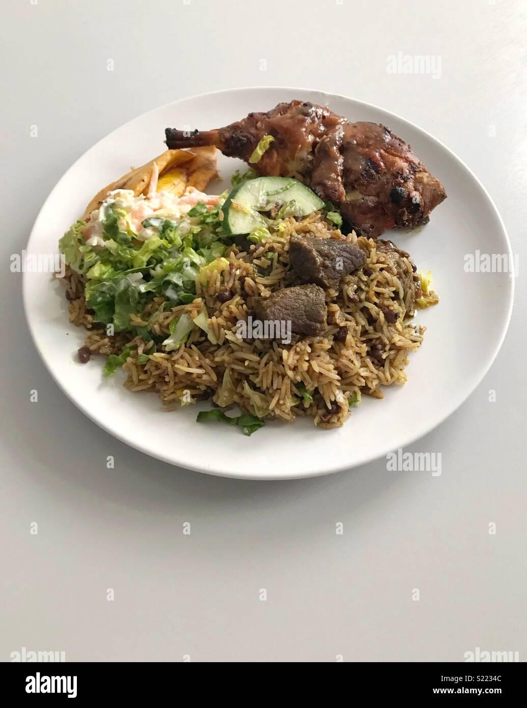 Un plato de cordero/cabra Curry y pollo Jerk Imagen De Stock
