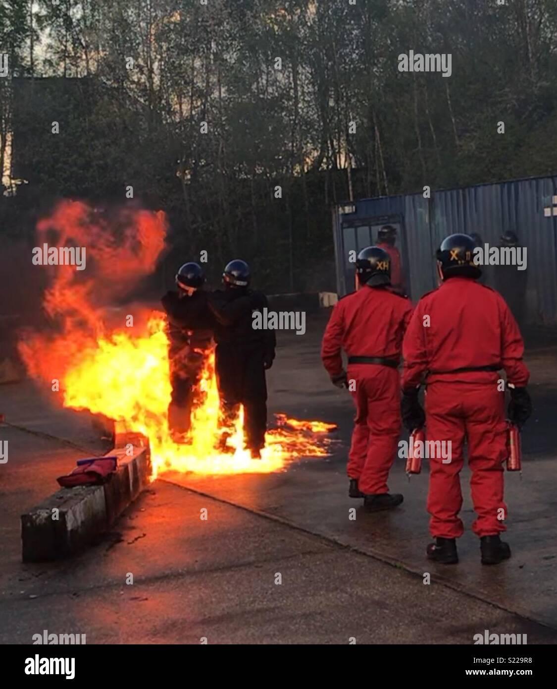 Oficiales de policía capacitación con bombas de gasolina Imagen De Stock