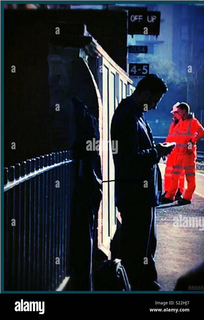 Pasando el tiempo esperando el tren Imagen De Stock