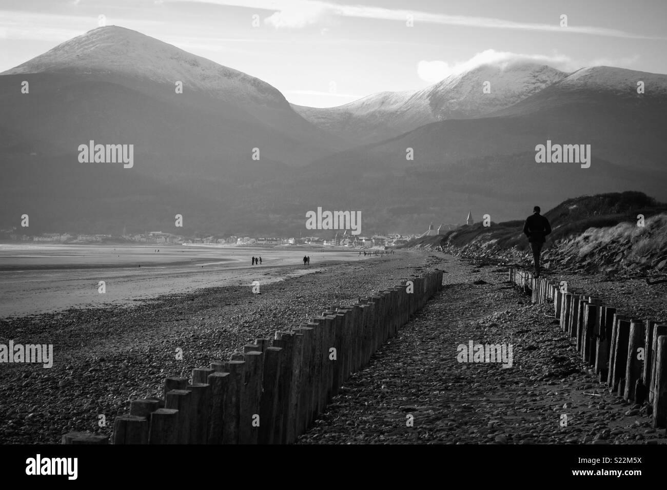 Esta fue tomada en un viaje a Irlanda, no puedo recordar exactamente lo que el pueblo fue llamado pero tenía todo en una sola toma; el sol, la arena, el mar, las montañas y el cielo azul! Foto de stock