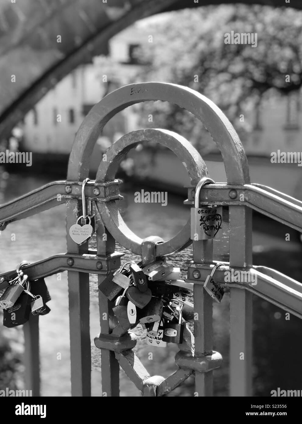 El amor se bloquea en un puente de Praga Imagen De Stock