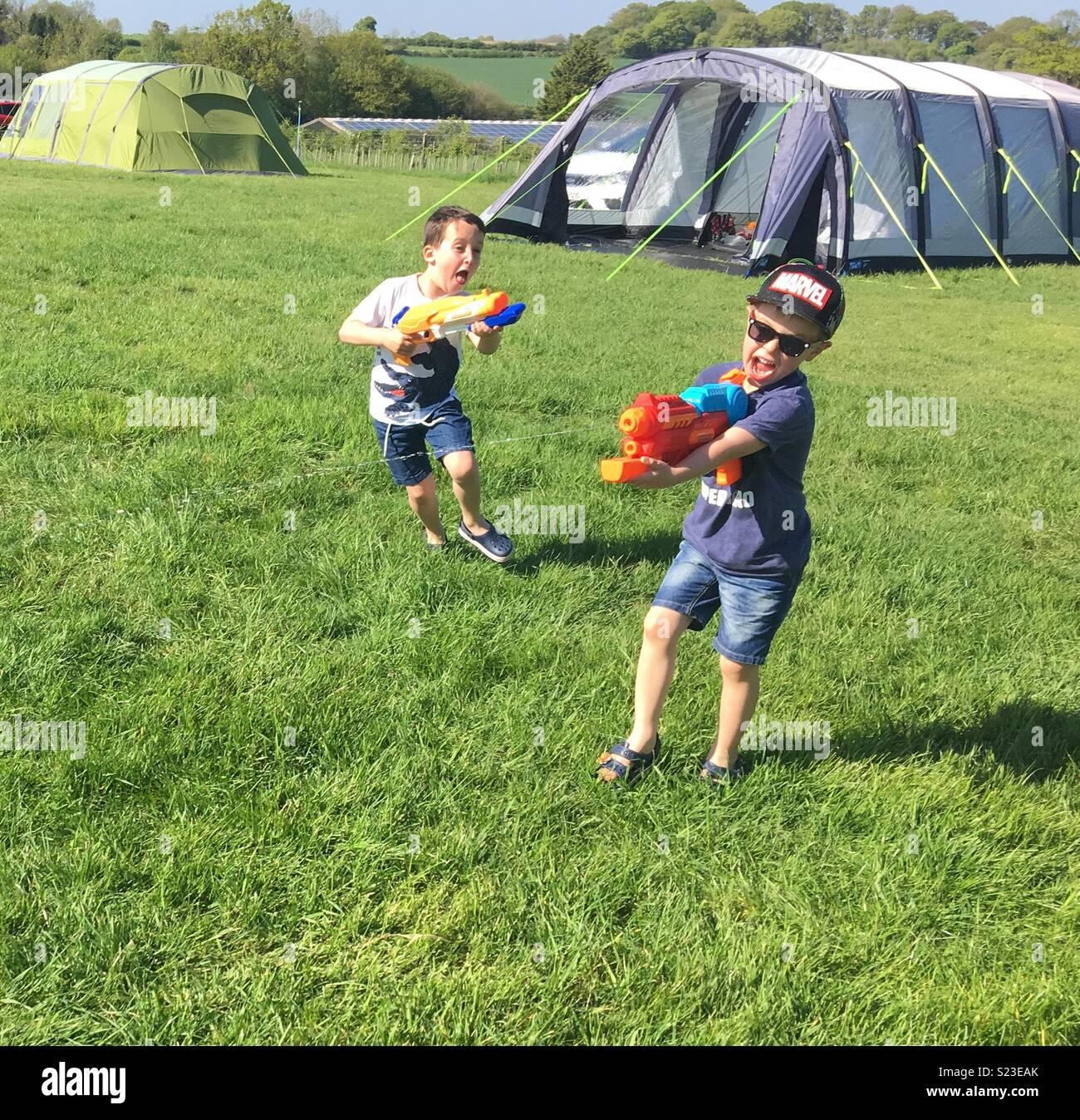 Pistola de agua lucha en un camping en Gran Bretaña durante el mayo festivo en 2018 Imagen De Stock