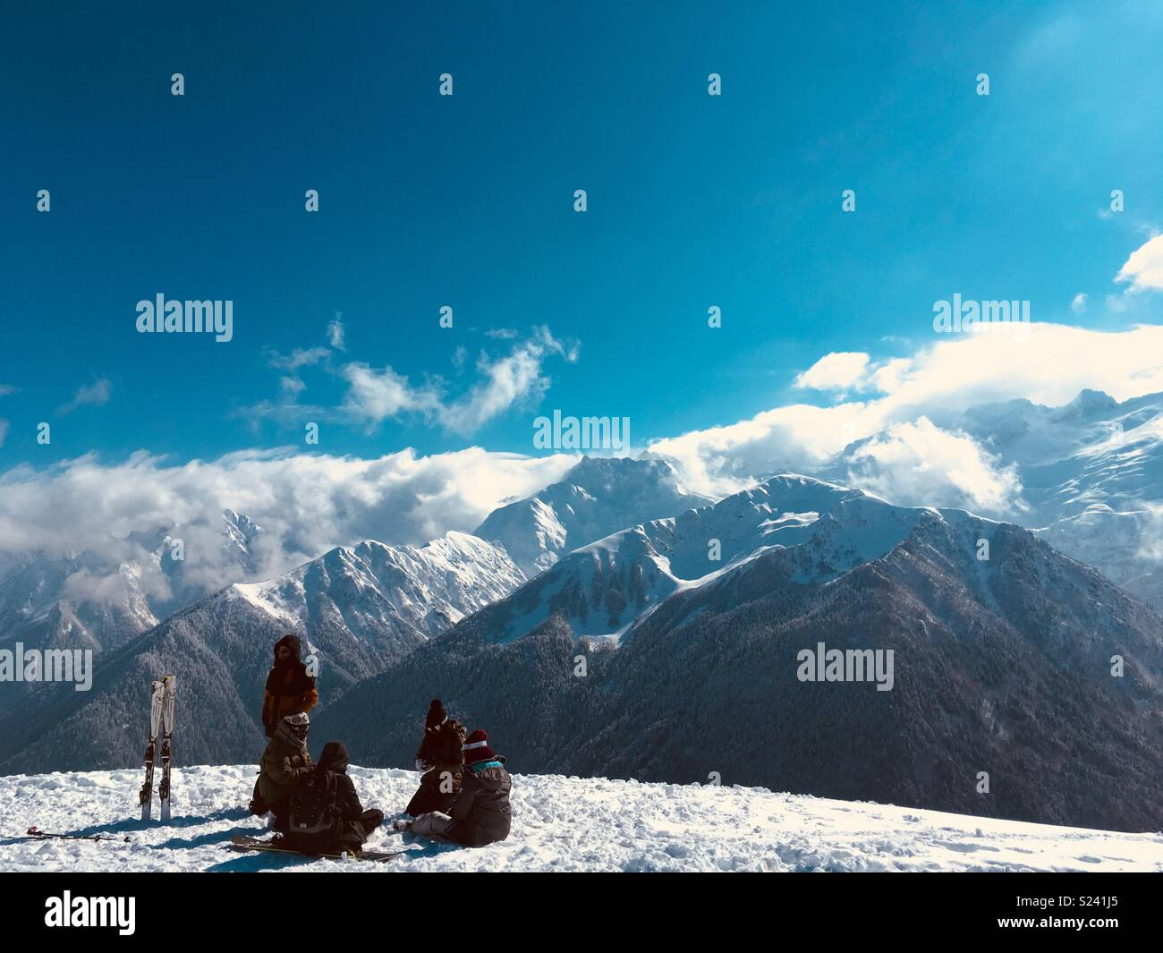 Los esquiadores tomando un descanso Imagen De Stock