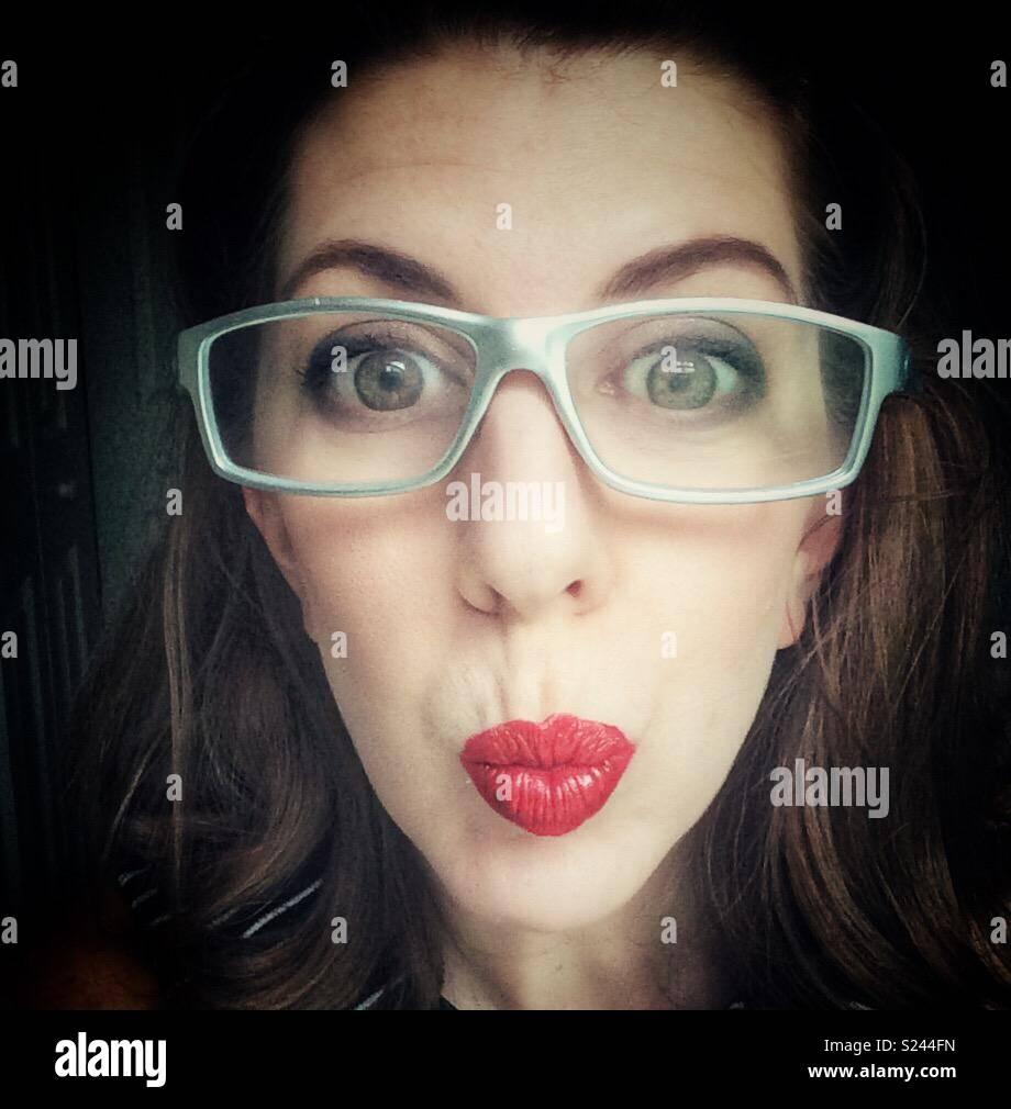 0c6249e0e3 Mujer con gafas de plata y ojos grandes y arrugadas rojos labios ...