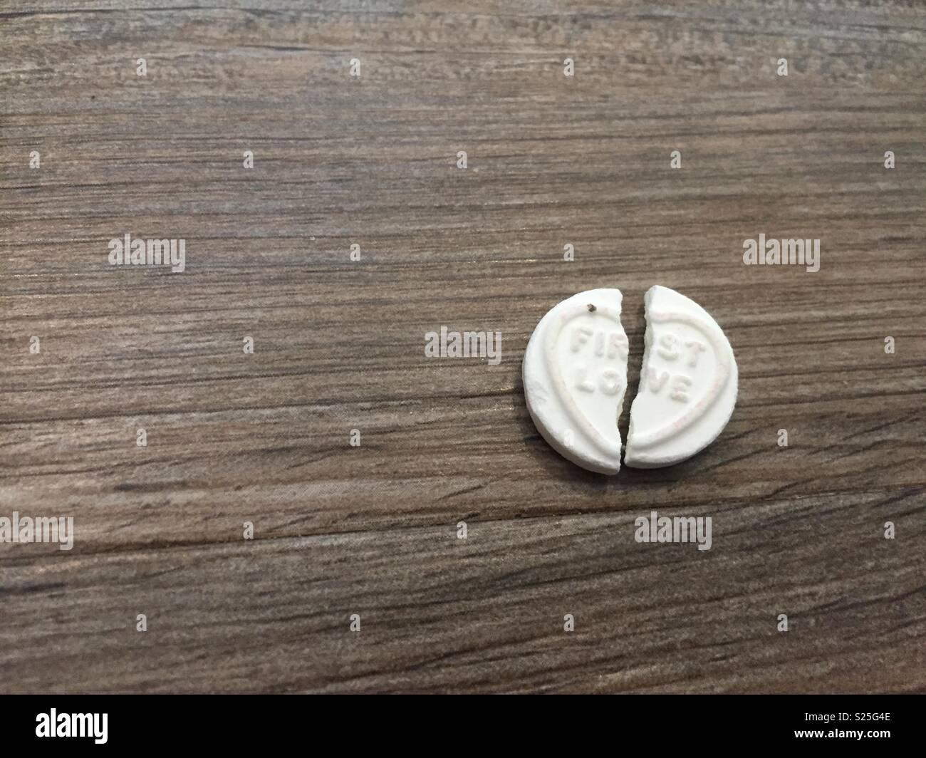 Ruptura de relaciones concepto (imagen de un amor dulce corazón roto en dos) Imagen De Stock