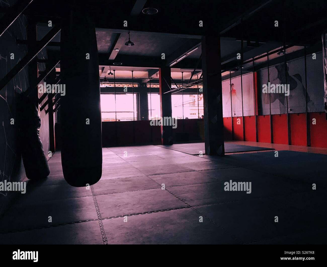En el gimnasio en poca luz Imagen De Stock
