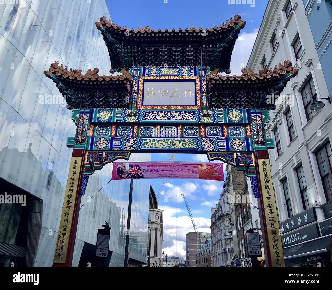 Banner en Chinatown, el Soho, Londres celebrando el Príncipe Harry y Meghan Markles boda Imagen De Stock