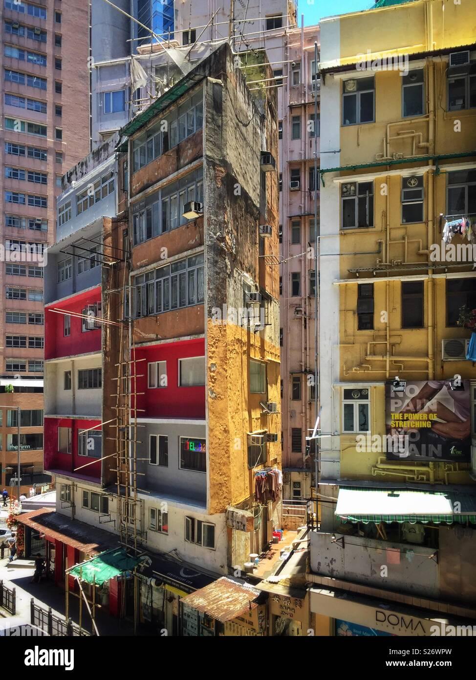 Viejo estilo apartamento walk-up bloque encima de tiendas minoristas en Hollywood Road, Central, Hong Kong Foto de stock