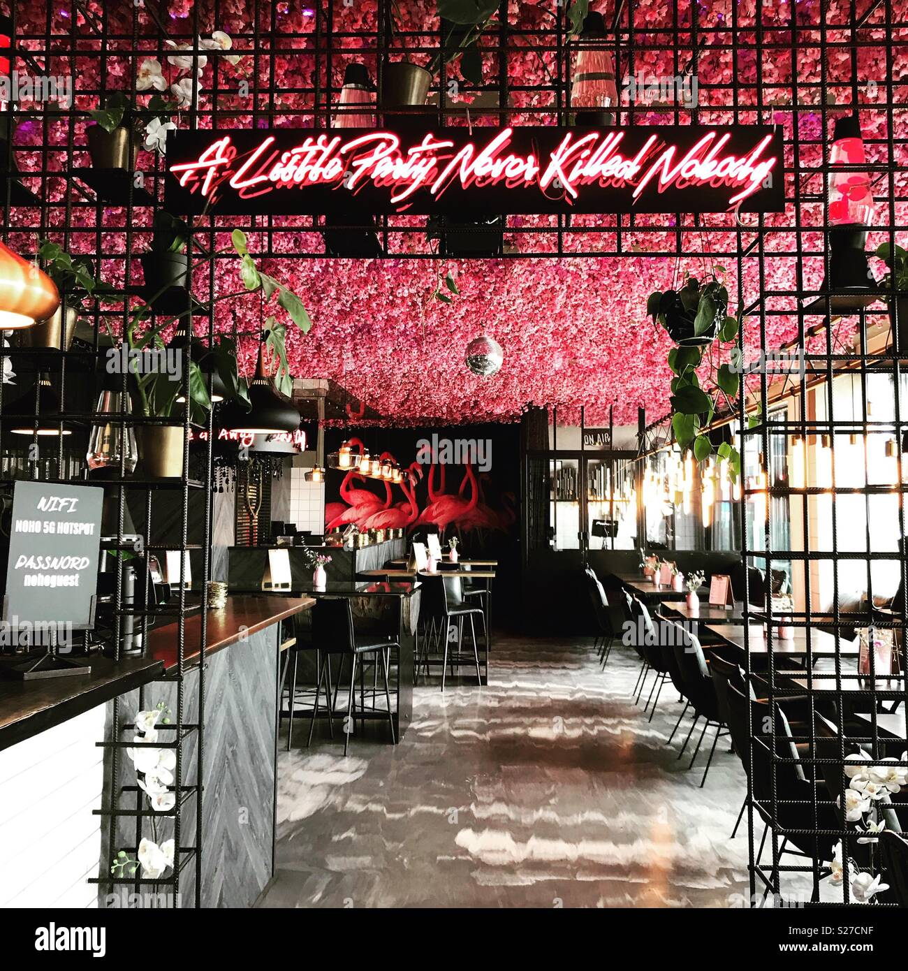 Bar con signo de neón en Copenhague Imagen De Stock
