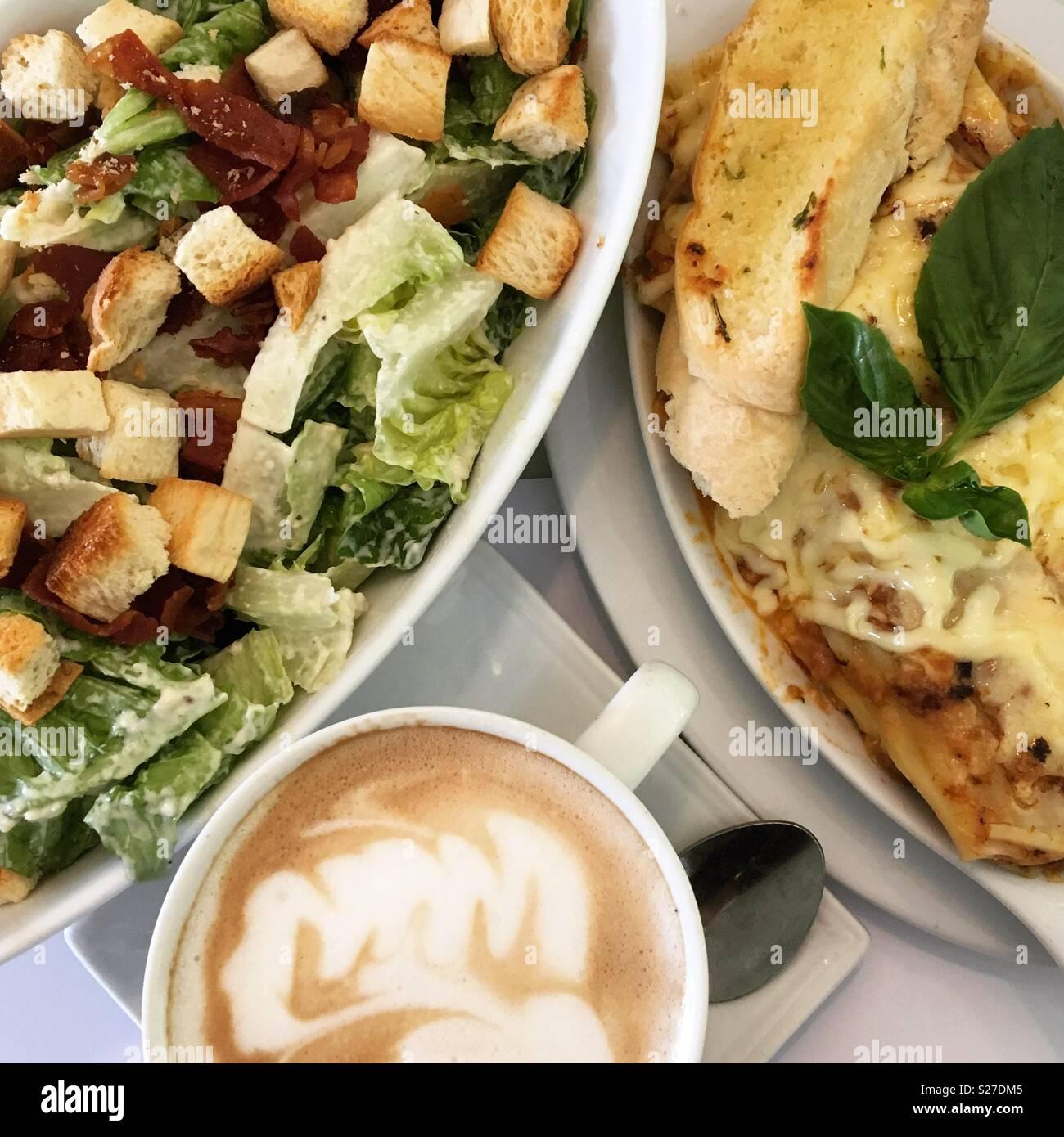 Ensalada César. Lasaña. Café moca. Delicioso! 👌 Imagen De Stock