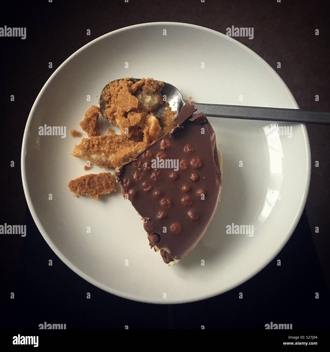 La mitad comido chocolate cheesecake Imagen De Stock