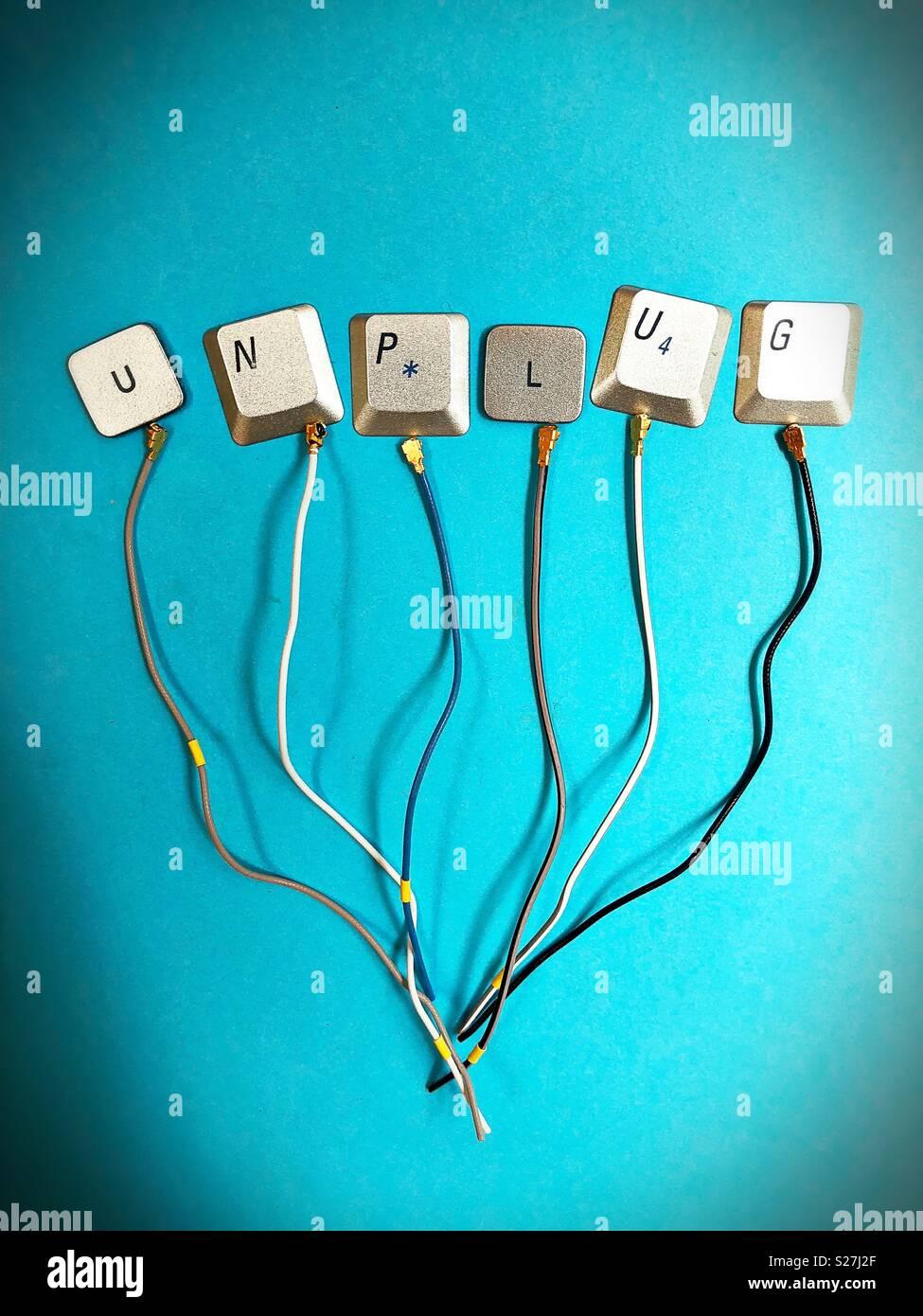 """La palabra """"desconectar"""" hecha de las teclas del teclado de la computadora y el cable. Imagen De Stock"""