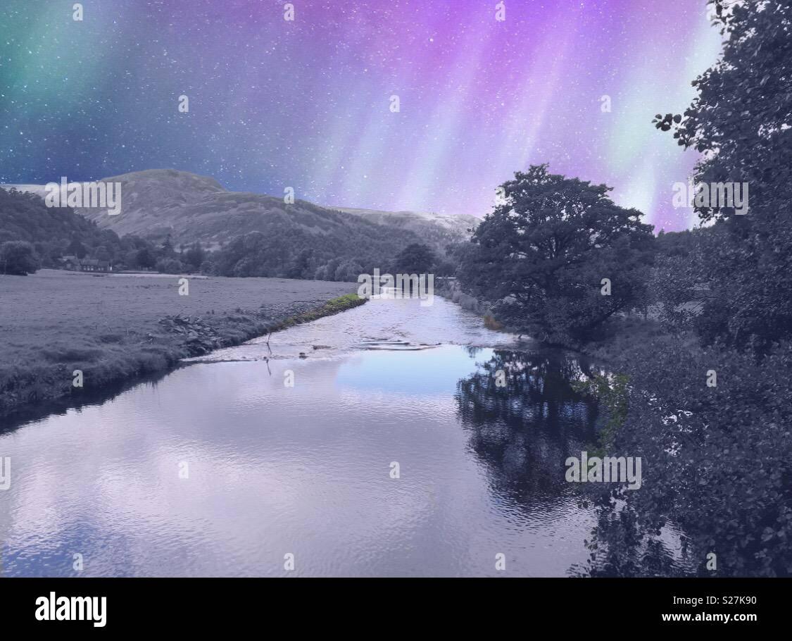 Río que fluye a través de la montaña Imagen De Stock