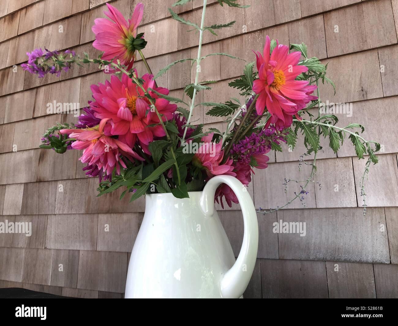 Un jarrón y algunas flores pueden cambiar el ambiente para el mejor. Imagen De Stock