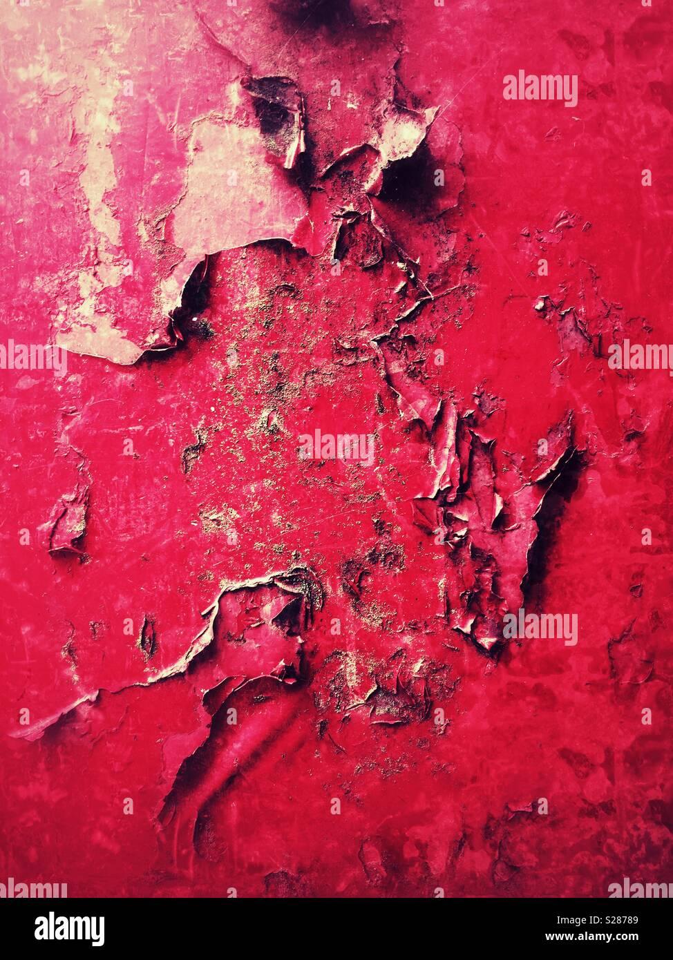 Ampolladas y pelando la pintura roja sobre el trabajo de metal oxidado Imagen De Stock