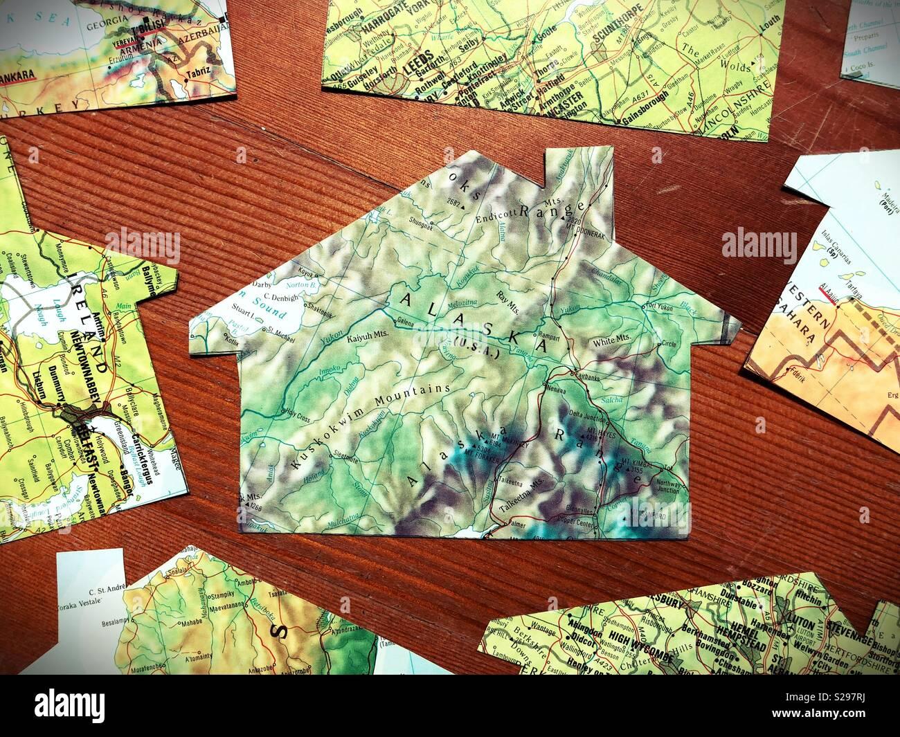 Una casa hecha de papel cortado a partir de un mapa de Alaska. Imagen De Stock