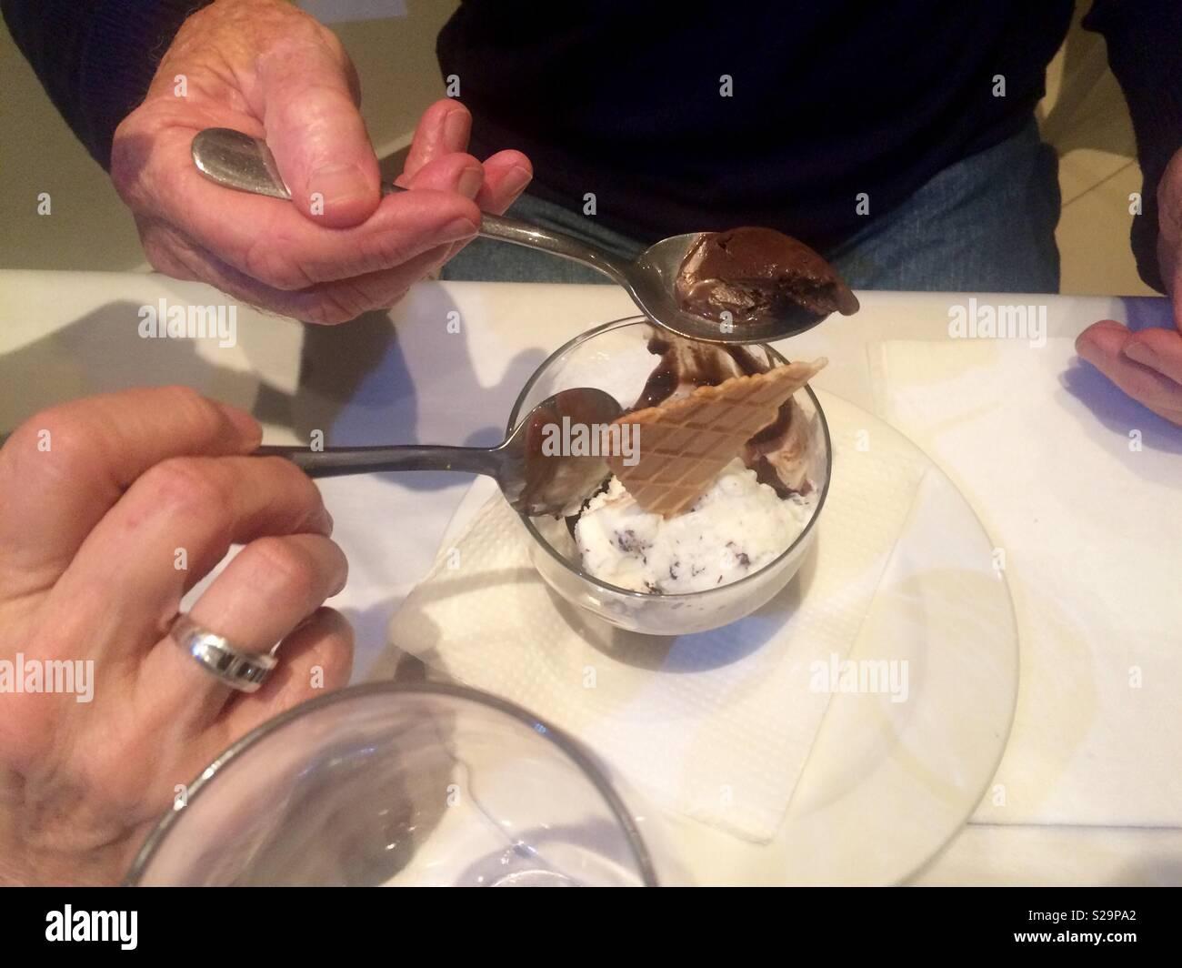 Parejas Manos Compartiendo Y Comiendo Un Helado En Un Restaurante De