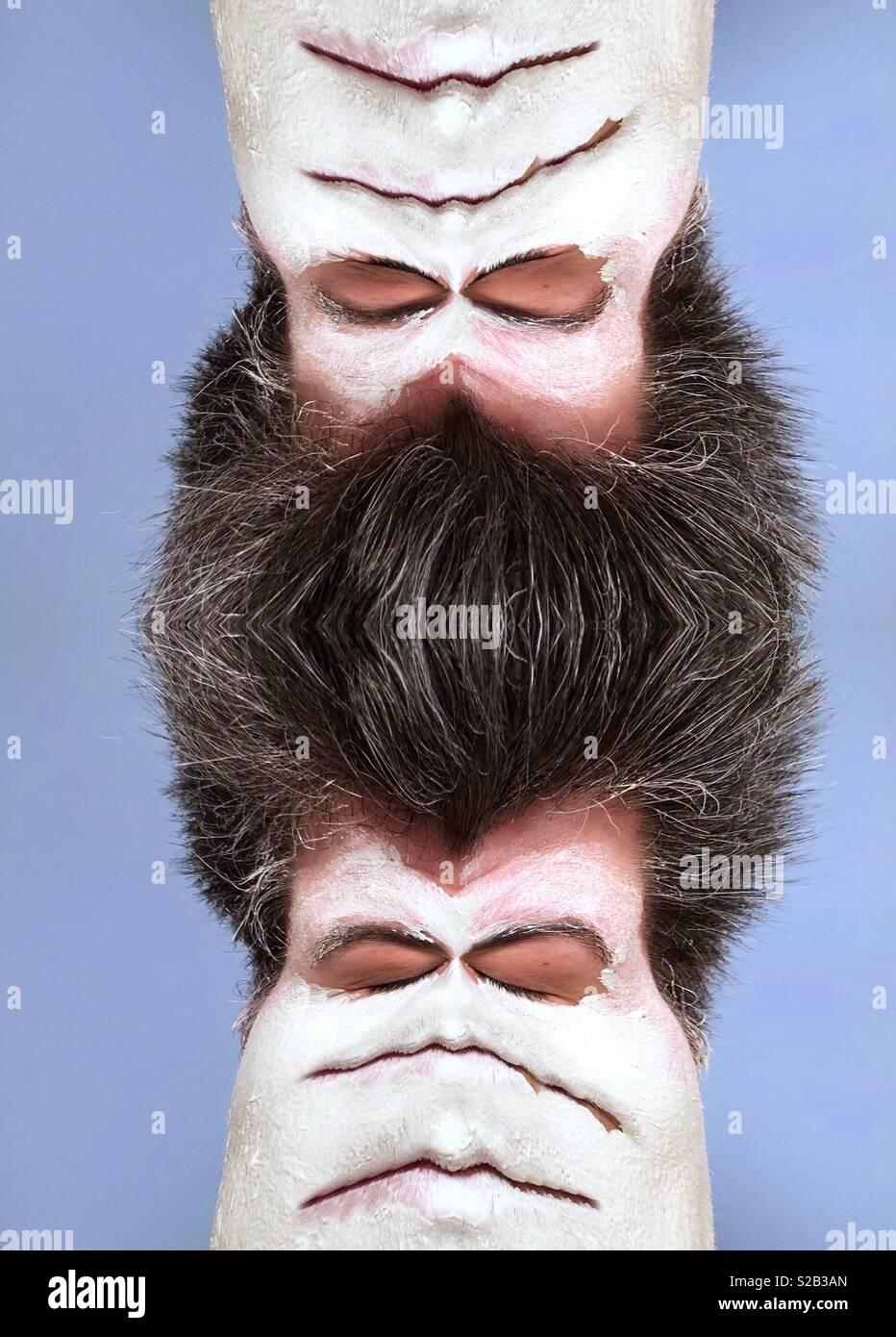 Un resumen de la imagen de una mujer vistiendo una máscara de barro blanco con los ojos cerrados y varias bocas y cabello oscuro refleja para crear una extraña Imagen De Stock